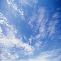 Голубое небо c тяжелыми тучами, умиротворение