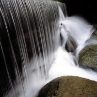темный вертикальный водопад с молочной водой