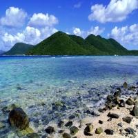 north shore зеленые холмы каменистый пляж синяя вода