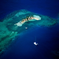 пустынный остров Белиз синяя прозрачная вода