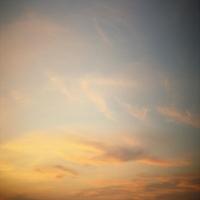 Голубое небо c легкими тучами, умиротворение