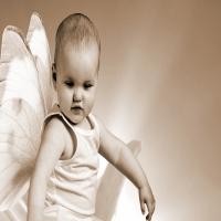 маленький ангел с крыльями бабочки