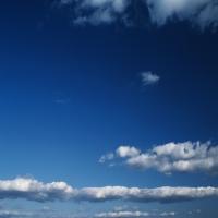 Темно-синее небо c перистыми тучами, умиротворение