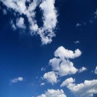 Голубое небо c легкими тучами, красота