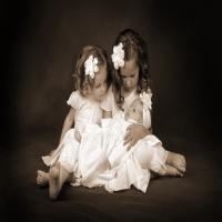 маленькие девочки играют в дочки-матери