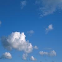 Голубое небо c легкими облаками, независимость
