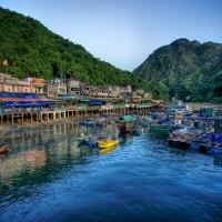 фото горы лодки на причале катамаран