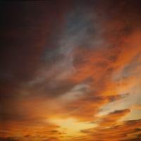 Темно-синее небо c перистыми облаками, умиротворение