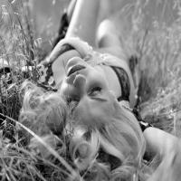 Классная девушка, груди, черно-белая фотка