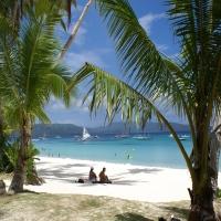 девушки на пляже дети купаются далеко лодки яхты серферы