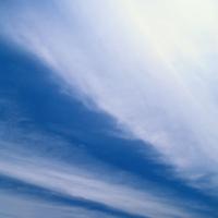 Темно-синее небо c легкими тучами, благодать