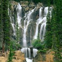 крутой водопад в парке Джаспера в Канаде