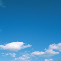 Темно-синее небо c тяжелыми облаками, благодать