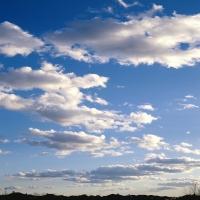 Темно-синее небо c тяжелыми тучами, легкость