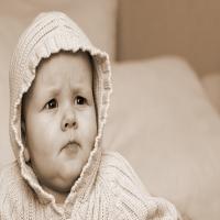 ребенок в капюшоне хмурый взгляд