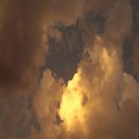 Голубое небо c тяжелыми облаками, умиротворение