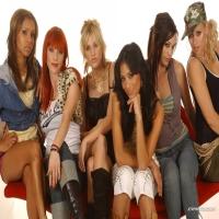 очень много красивых девушек