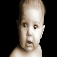 удивленный ребенок открыл рот