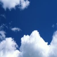Светло-голубое небо c перистыми тучами, легкость