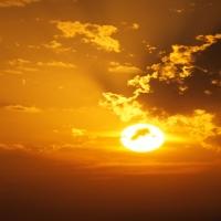 Светло-голубое небо c тяжелыми облаками, независимость