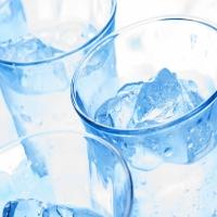 холодные напитки, лед в летнюю пору
