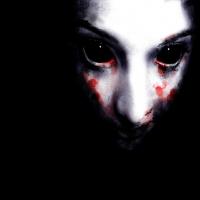 кровавые глаза и слезы на мертвой коже