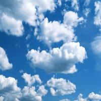 Синее небо c перистыми тучами, красота