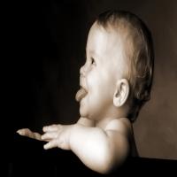 малыш улыбается и показывает язык