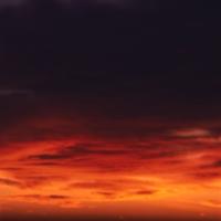 Темно-синее небо c тяжелыми облаками, красота